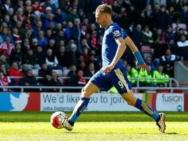 Vardy anotó dos goles y falló un penalti en el partido ante el Everton. AFP
