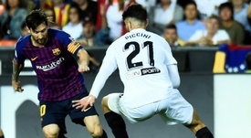L'attaquant du FC Barcelone Lionel Messi contre Valence en Liga. AFP