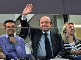 Luciano Moggi, alors directeur général de la Juventus Turin, salue les supporters. AFP