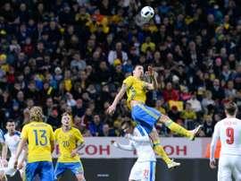 Zlatan Ibrahimovic saute lors du match Suède - République tchèque, le 29 mars 2016 à Solna
