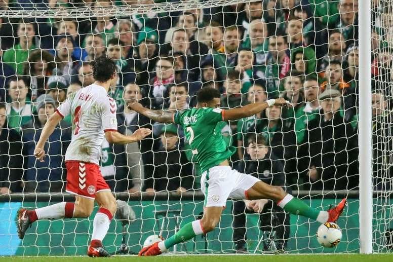 Le défenseur irlandais Cyrus Christie tente de dégager un ballon contre le Danemark. AFP