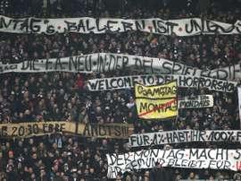 Les supporters protestent contre la programmation de matches un lundi. AFP