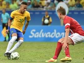Neymar à la lutte avec le Danois Andreas Maxso lors du 1er tour du tournoi des JO. AFP