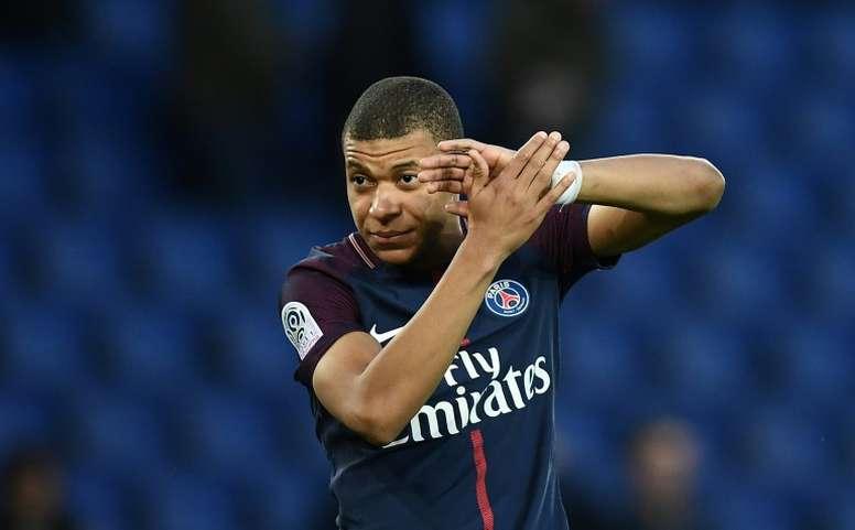 Mbappé hizo un doblete en el triunfo ante el Angers. AFP