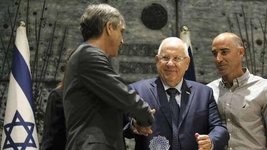 Le président israélien Reuven Rivlin remet un prix au président du Beitar Jérusalem Eli Ohana. AFP