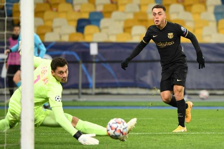 Sergiño Dest fez o primeiro gol do Barcelona na goleada sobre o Dínamo de Kiev. AFP