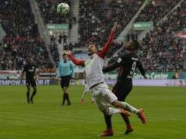 Sébastien Haller (d) commet une faute sur Daniel Baier AFP