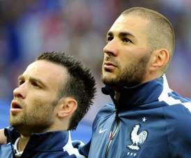 Mathieu Valbuena et Karim Benzema posent avant un match amical contre la Jamaïque. AFP