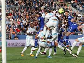 Le Bastiais Sébastien Squillaci reprend un ballon de la tête face à lOM, le 3 avril 2016 au stade Armand Cesari