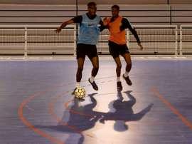Les Bleus du futsal, des amateurs pros de la débrouille. AFP