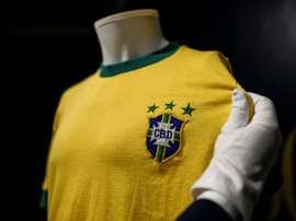 Un maillot de Pelé vendu 30.000 euros aux enchères. AFP