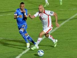 Tosno Nuno Roch (g) à la lutte avec le défenseur tunisien Aymen Abdennour. AFP
