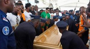 La dépouille de l'ex-international ivoirien Cheick Tioté à son arrivée à Abidjan. AFP