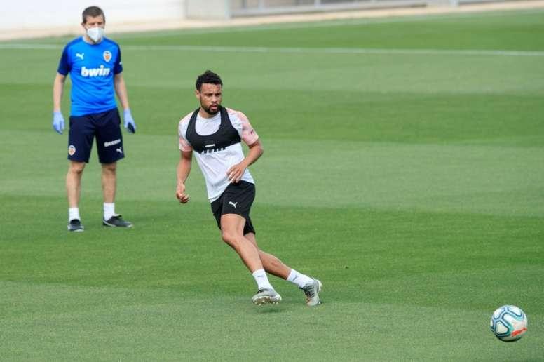 Parejo y Coquelin volvieron al trabajo este lunes con el Valencia. AFP