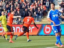 Faiz Selemani firma por el Lorient. AFP