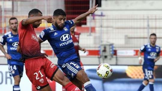 Nabil Fekir à la lutte avec le défenseur de Dijon Yunis Abdelhamid au stade Gaston-Gérard. AFP