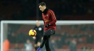 L'agent d'Özil assure qu'il ne quittera pas Arsenal. AFP