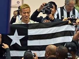 Honda accueilli en héros par les supporters de Botafogo. AFP
