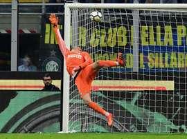 Samir Handanovic laisse passer le ballon lors de la réception de Sassuolo. AFP