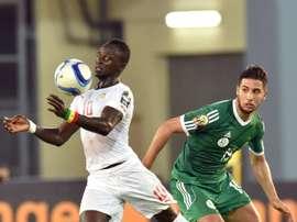 L'Algérien Saphir Taïder à la lutte avec le Sénégalais Sadio Mane lors de la CAN-2015. AFP