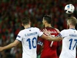 Gunnarsson y Cristiano se enfrentaron en el Portugal-Islandia, que concluyó 1-1. Archivo/EFE/AFP