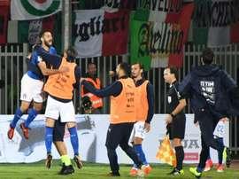 Antonio Candreva saute de joie avec les remplaçants de l'Italie après avoir inscrit le but. AFP