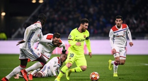 La star du FC Barcelone Lionel Messi cernée par la défense lyonnaise. AFP