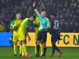 Chapron no arbitrará más en la Ligue 1. AFP