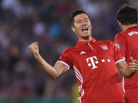 Robert Lewandowski célèbre un but inscrit contre Carl Zeiss Iena. AFP