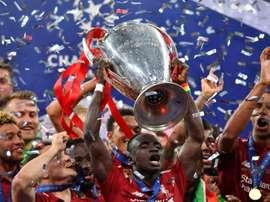 Torres voit Liverpool soulever le Trophée. AFP