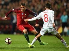 Le Portugais Cristiano Ronaldo face au Hongrois Adam Nagy lors de la victoire à Lisbonne. AFP
