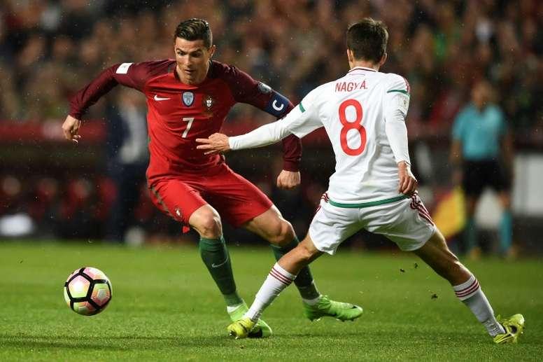 Le Portugais Cristiano Ronaldo face à l'Hongrois Adam Nagy lors de la victoire (3-0) à Lisbonne. AFP