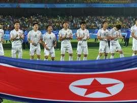 Les joueurs de Corée du Nord applaudissent leur hymne avant la rencontre face au Niger. AFP