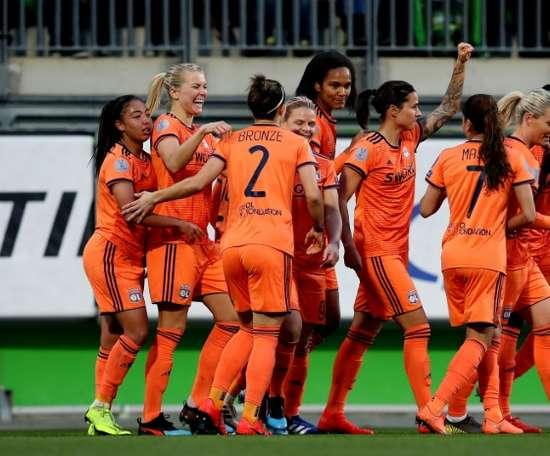 Les Lyonnaises se congratulent après le but de Dzsenifer Marozsan. AFP