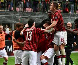 Milan vence e ainda sonha com a Champions. AFP