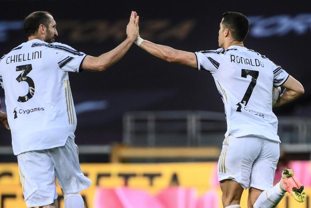 L'attaquant vedette de la Juventus Cristiano Ronaldo (d) ,félicité par son coéquipier Giorgio Chiellini après un but contre le Torino, le 3 avril 2021 au Sade olympique