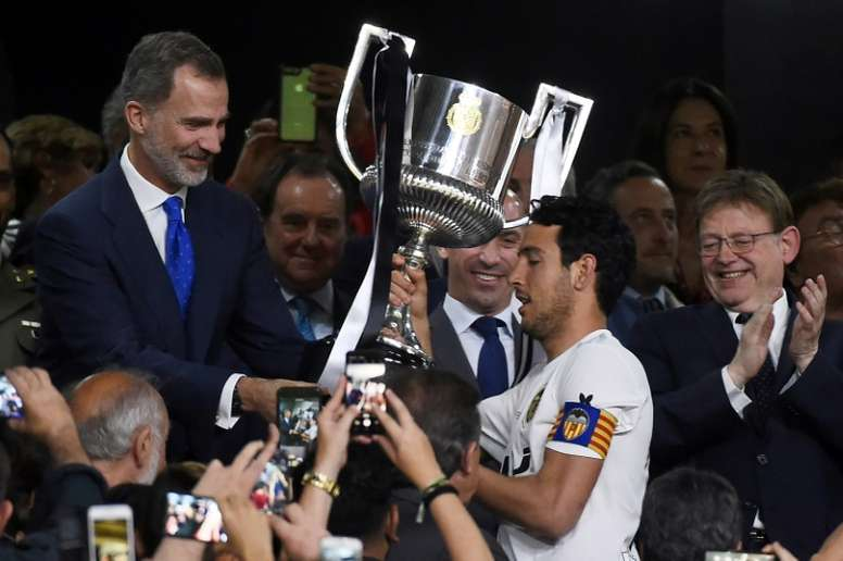 Parejo levantó el título de Copa del Rey. EFE