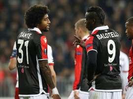 Les joueurs de Nice Dante et Mario Balotelli lors dun match contre Zulte Waregem. AFP