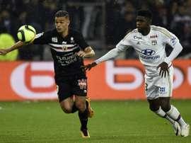 L'attaquant niçois Hatem Ben Arfa (G) face au défenseur lyonnais Samuel Umtiti. AFP
