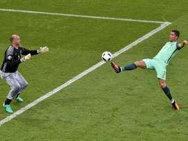 Le gardien hongrois Gabor Kiraly tente d'arrêter une frappe de Cristiano Ronaldo lors de l'Euro. AFP