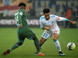 Le Marseillais Jordan Amavi tente de déborder Jonathan Bamba de l'AS Saint-Etienne. AFP