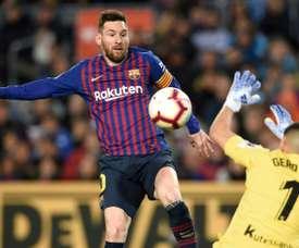 Lionel Messi à la lutte avec le gardien dde la Real Sociedad Geronimo Rulli. AFP