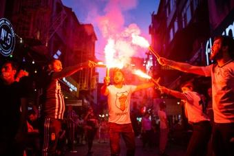 Los aficionados del Besiktas increpan a los refugiados. AFP