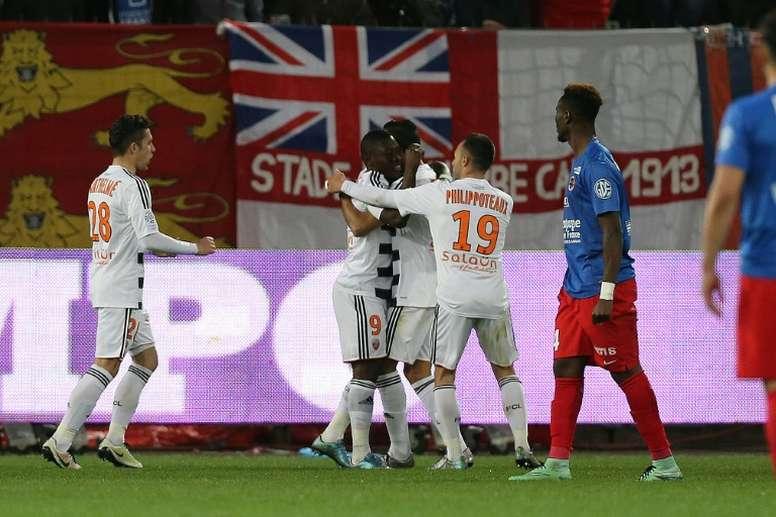 Lattaquant ghanéen Abdul Majeed Waris (N.9) célèbre avec ses coéquipiers son but contre Caen au stade Michel dOrnano, le 9 avril 2016