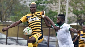 Lattaquant burkinabè de lASEC Mimosas Aristide Bancé (g) contre le CF Mounana. AFP