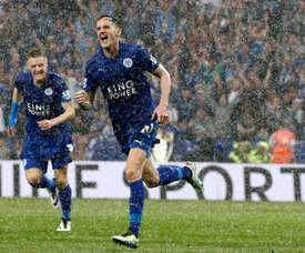 Linternational gallois de Leicester Andy King (d) célèbre un but inscrit lors dun match de Premier League contre Everton, à Leicester, le 7 mai 2016