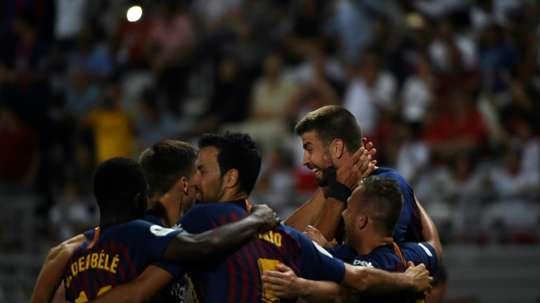 Gérard Piqué (d) félicité par son équipe pour son but. AFP