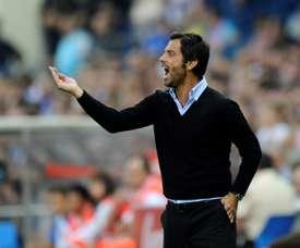 Flores, alors entraîneur de l'Atlético, donne des instructions lors du match contre le Barça. AFP