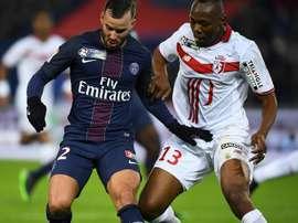 Stoppila Sunzu, alors défenseur de Lille, au marquage de Jesé Rodriguez. AFP