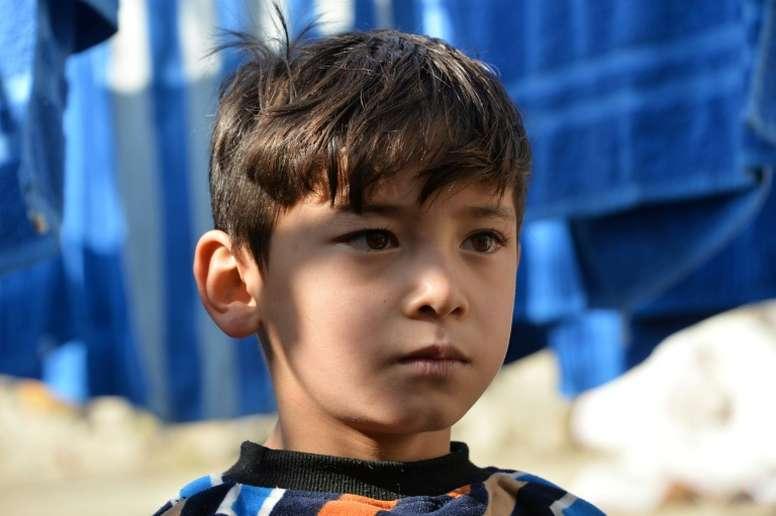 Murtaza Ahmadi, le petit Messi afghan, devant la maison partagée par les réfugiés. AFP